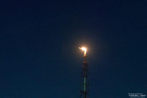 夜空に映える石油プラントの炎