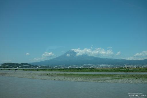 新幹線からのぞむ富士山