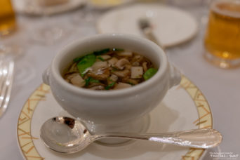 季節の茸と野菜のロワイヤル鰹風味のスープをそそいで